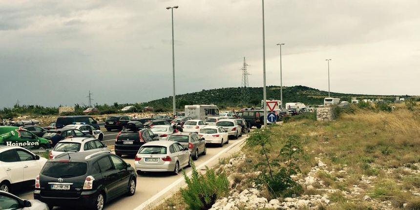 HAC u čudu zbog kaosa kod odmarališta (tj. odmorišta) Nadin: zbog gužve razvalili žicu i autima otišli s autoceste!