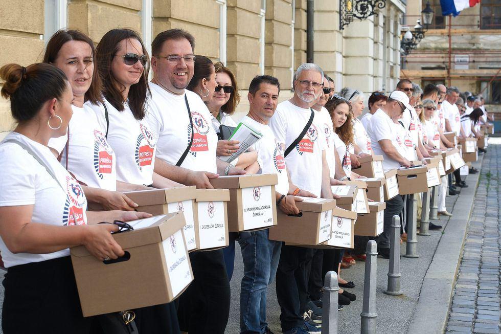 VIDEO: VIŠE OD 700.000 POTPISA STIGLO NA MARKOV TRG Inicijativa '67 je previše' u Saboru predala potpise građana za referendum